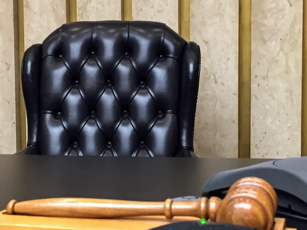 Recourir à un avocat, pour se faire représenter devant un tribunal