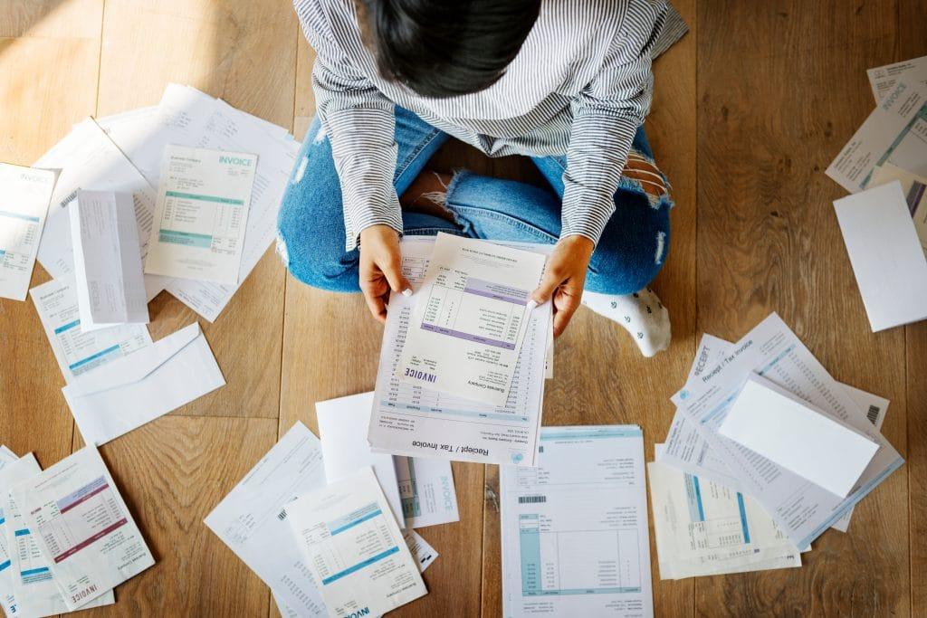 Quels sont les avantages et les inconvénients d'avoir un dossier de surendettement ?